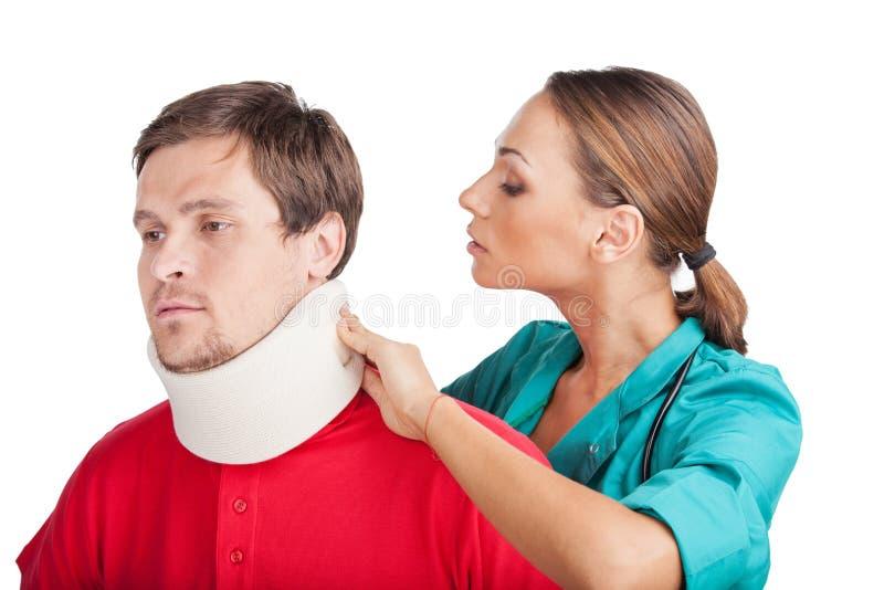 Giovane che indossa collare cervicale fotografia stock libera da diritti
