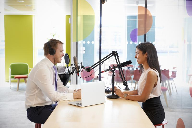 Giovane che intervista una donna per un podcast fotografie stock libere da diritti
