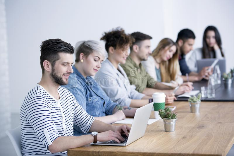 Giovane che lavora al computer portatile fotografia stock libera da diritti