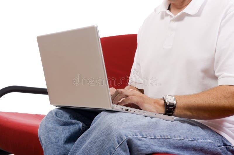 Giovane che lavora al computer portatile immagini stock