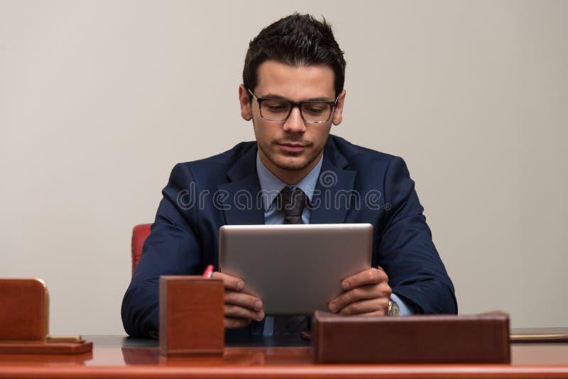 Giovane che lavora al computer in ufficio fotografie stock libere da diritti
