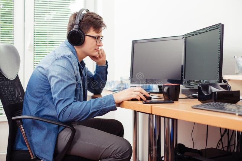 Giovane che lavora al desktop computer immagini stock libere da diritti