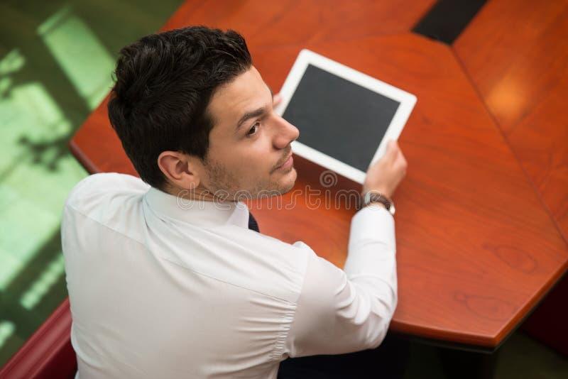 Giovane che lavora al touchpad in ufficio immagini stock libere da diritti