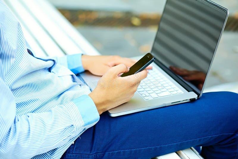 Giovane che lavora con il computer portatile immagine stock libera da diritti