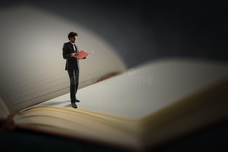 Giovane che legge un libro Media misti immagini stock