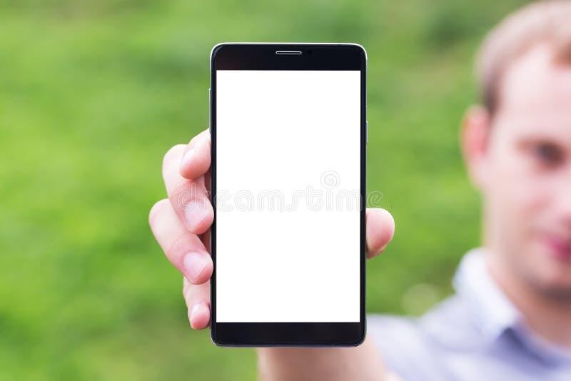 Giovane che mostra un'applicazione del telefono cellulare immagini stock libere da diritti