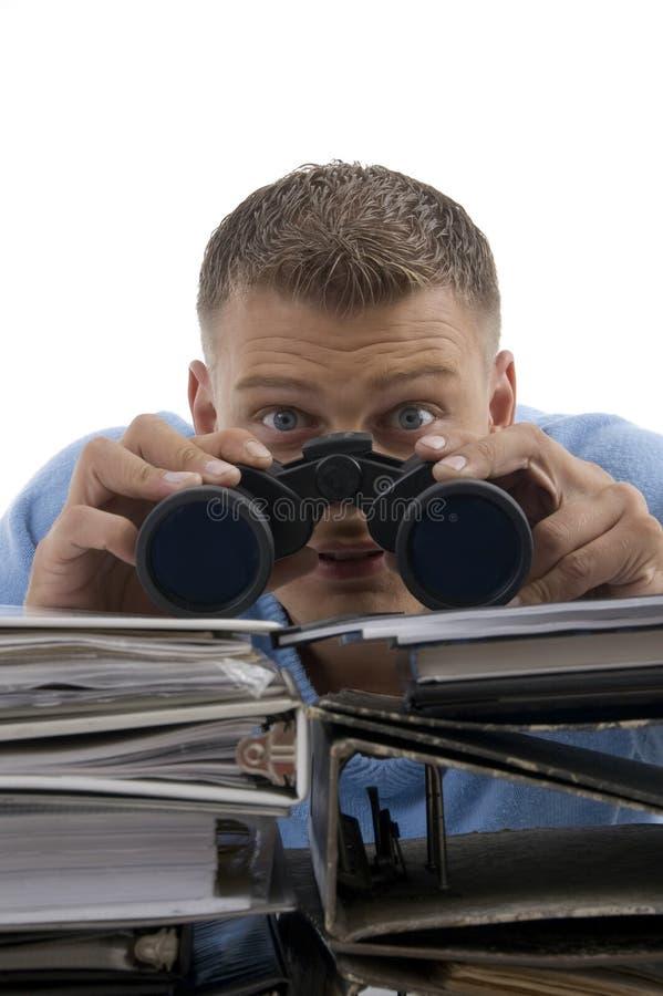 Giovane che osserva con binoculare fotografie stock