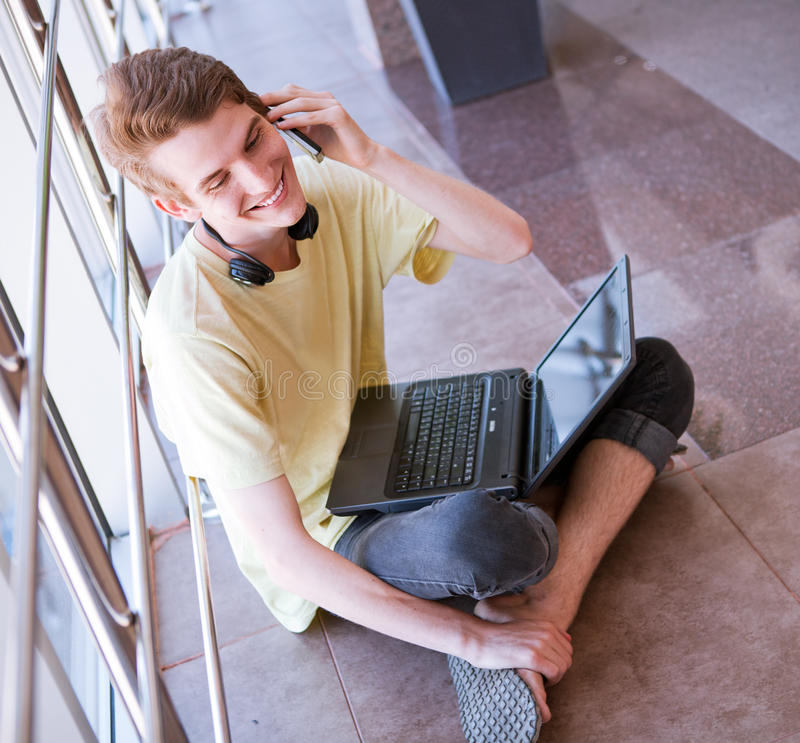 Giovane che parla dal telefono fotografia stock