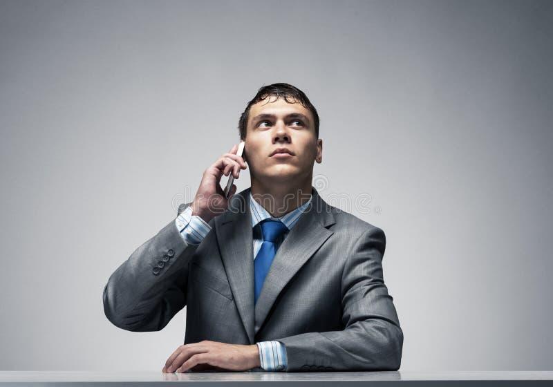 Giovane che parla sul telefono e che guarda verso l'alto fotografie stock