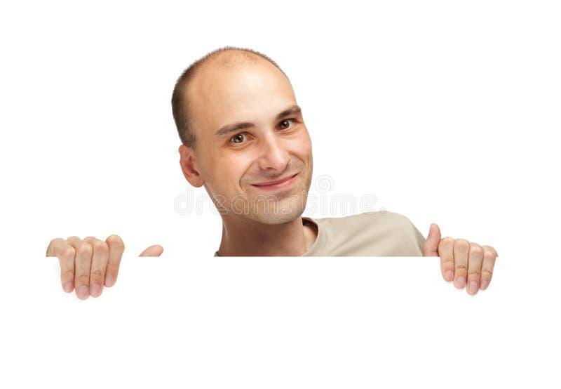 Giovane che pigola sopra un tabellone per le affissioni in bianco immagini stock libere da diritti