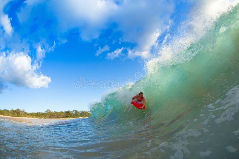 Giovane che pratica il surfing immagine stock