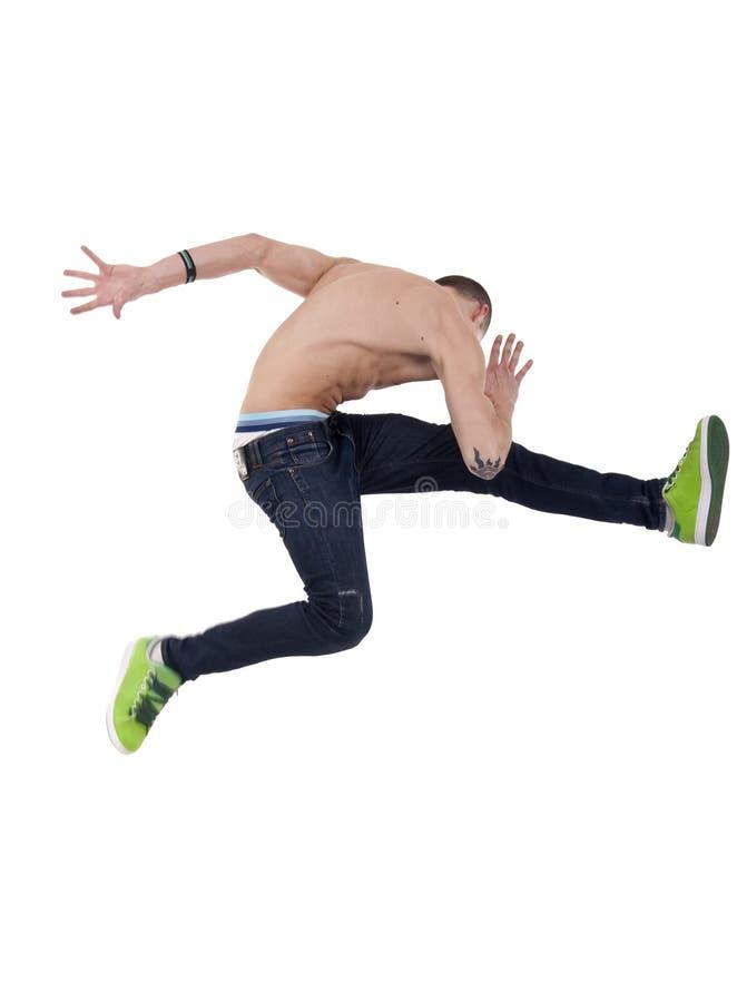 Giovane che propone in un movimento di ballo di salto molto alto fotografia stock