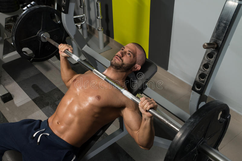 Download Giovane che risolve petto immagine stock. Immagine di bodybuilder - 55353951