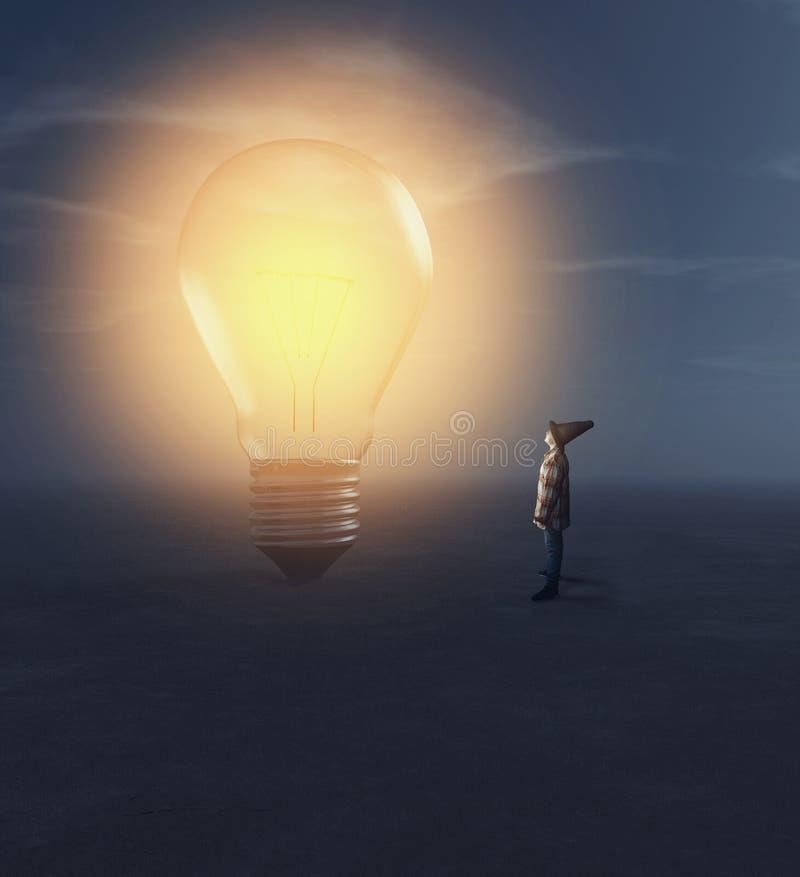 Giovane che rispetta una lampadina illuminata fotografie stock libere da diritti