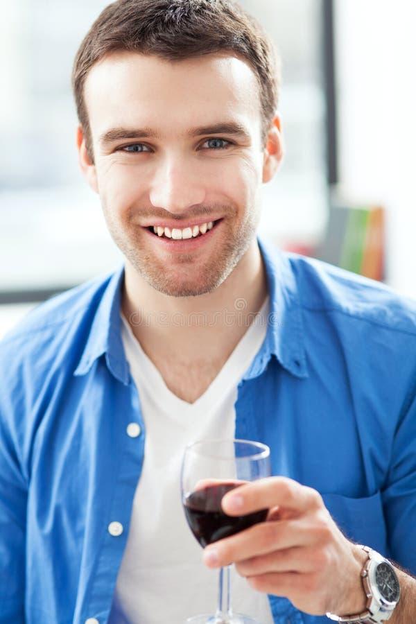 Uomo che mangia vetro di vino immagine stock