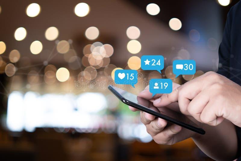 Giovane che usando media dello Smart Phone ed il segno sociali della rete sociale fotografia stock libera da diritti