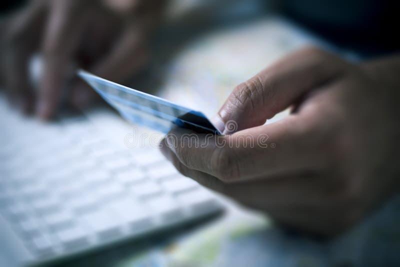 Giovane che usando una carta di credito per comprare online fotografie stock libere da diritti