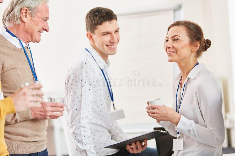 Giovane chiacchierare degli studenti immagini stock
