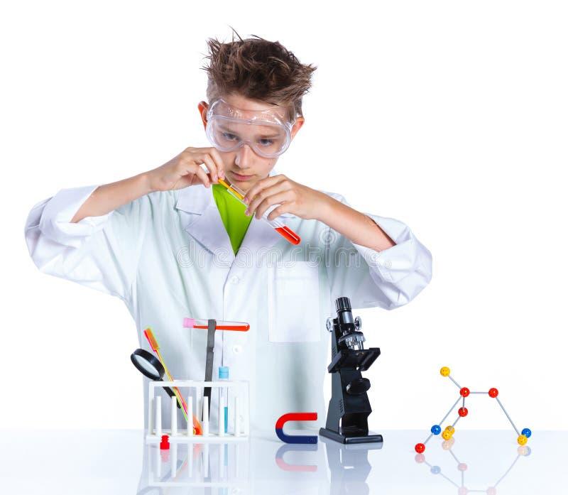 Giovane chimico entusiasta fotografie stock libere da diritti