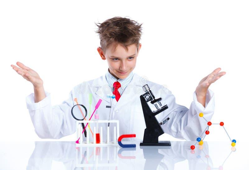 Giovane chimico entusiasta fotografie stock