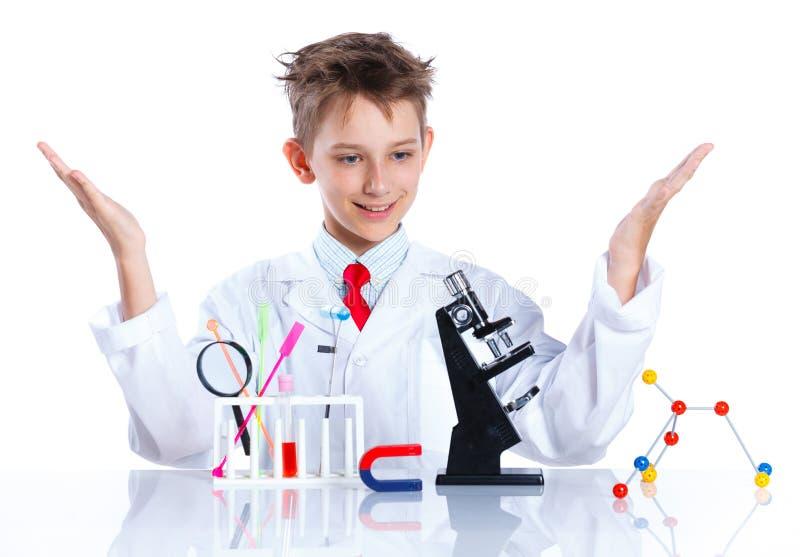 Giovane chimico entusiasta fotografia stock libera da diritti