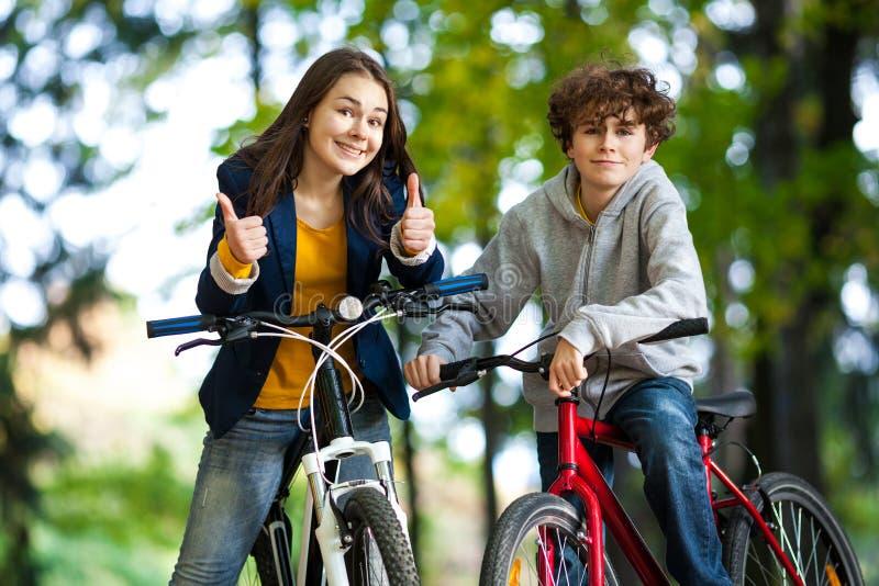 Giovane ciclismo attivo della gente immagine stock