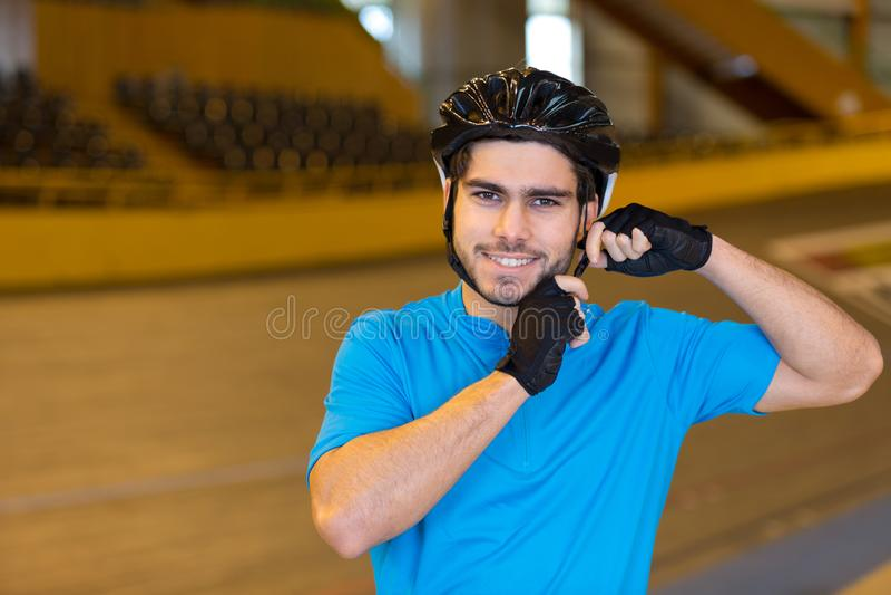 Giovane ciclista felice fotografia stock libera da diritti