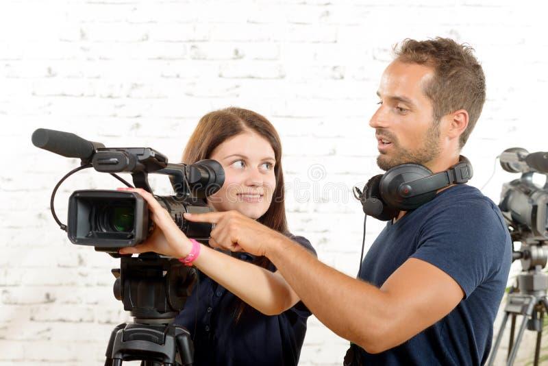 Giovane cineoperatore e una giovane donna fotografia stock libera da diritti