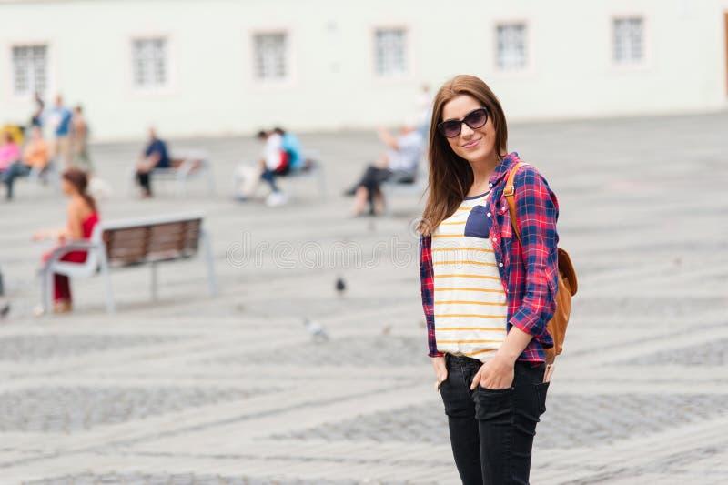 Giovane città attraente di visita della donna immagine stock