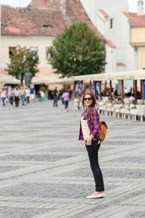 Giovane città attraente di visita della donna immagini stock