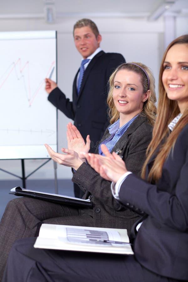 Giovane clapp della donna di affari due le loro mani fotografia stock