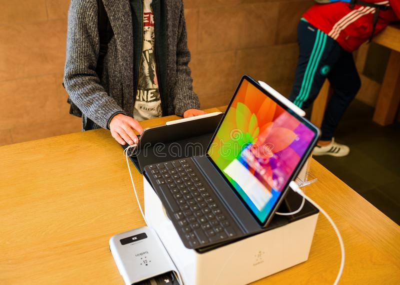 Giovane cliente con la pro compressa del nuovo iPad dei calcolatori Apple fotografie stock libere da diritti