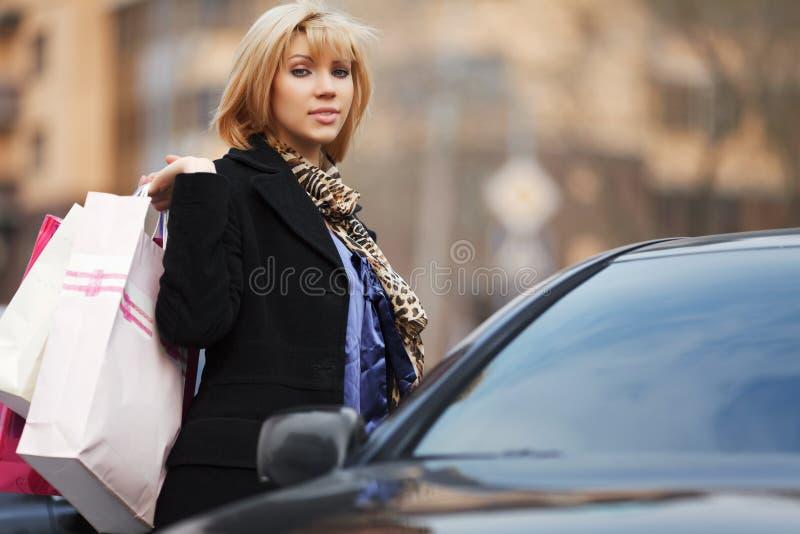 Giovane cliente con un'automobile fotografie stock