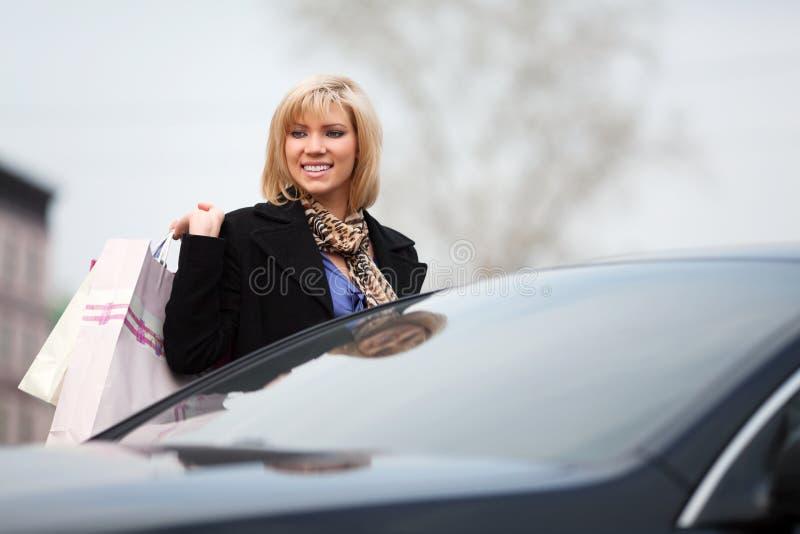 Giovane cliente sul parcheggio immagini stock