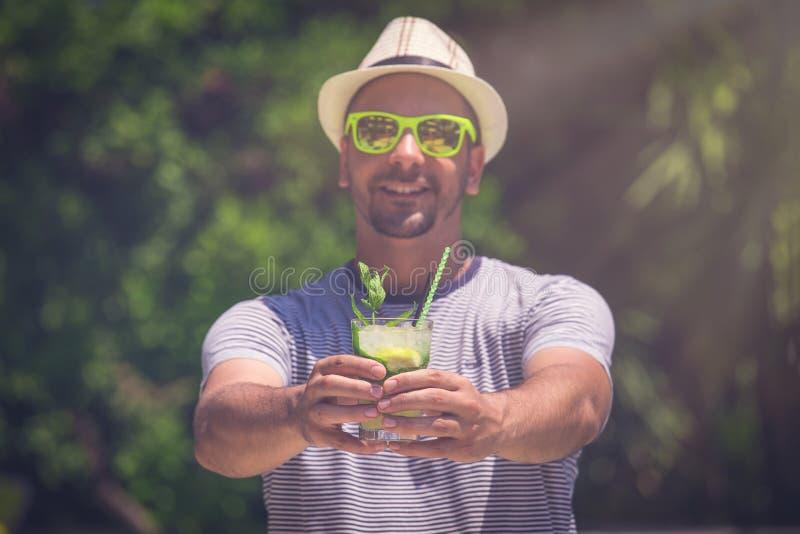Giovane cocktail turistico di mojito della tenuta all'aperto fotografia stock
