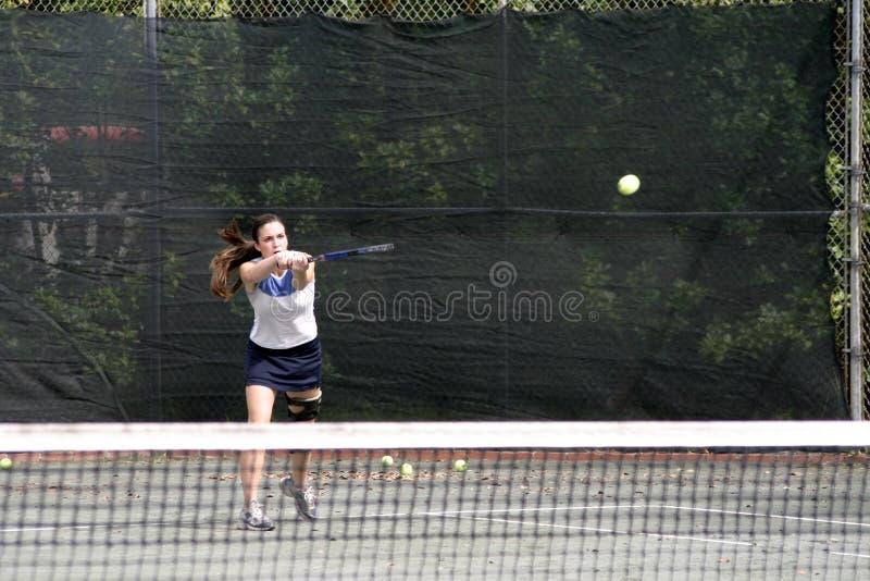 Giovane colpire del giocatore di tennis immagini stock libere da diritti