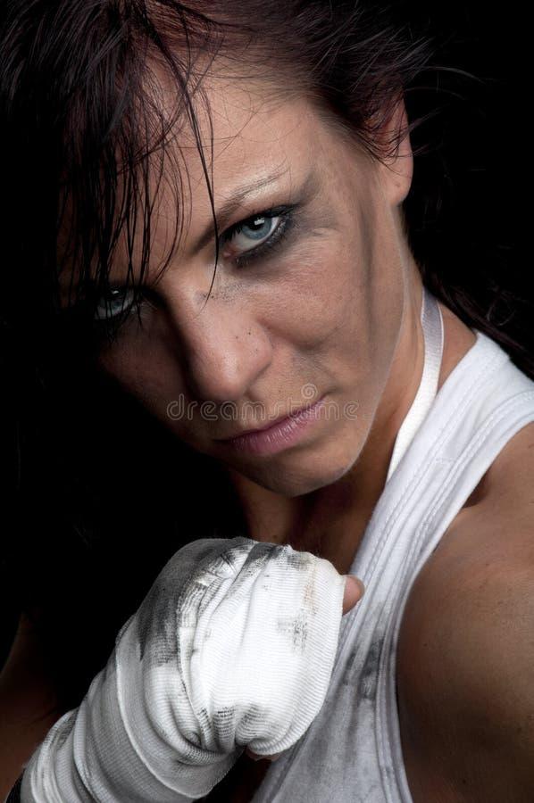 Giovane combattente femminile su priorità bassa nera fotografia stock