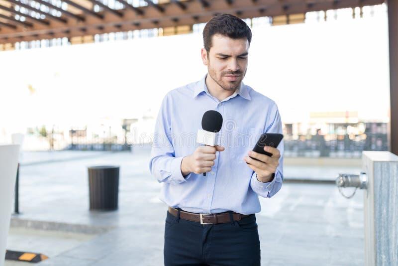 Giovane commentatore del notiziario Preparing Before Broadcasting fotografia stock libera da diritti