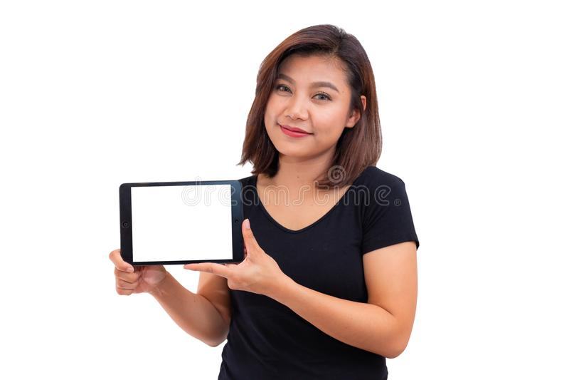 Giovane computer asiatico della compressa della tenuta dei capelli neri della donna Donna che per mezzo del computer digitale del immagine stock libera da diritti