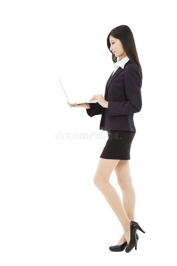 Giovane computer portatile della tenuta della donna di affari fotografia stock libera da diritti