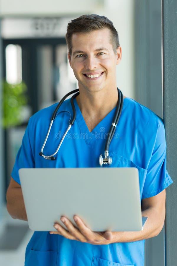 Giovane computer portatile maschio dell'infermiere fotografie stock