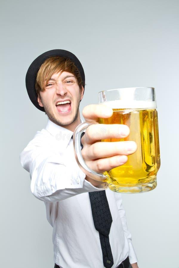 Giovane con birra fotografie stock