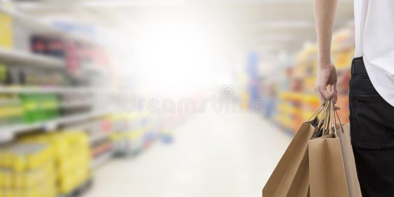 Giovane con i sacchetti di acquisto immagine stock