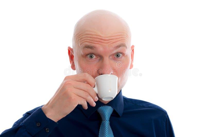 Giovane con il caffè espresso bevente della testa calva fotografia stock