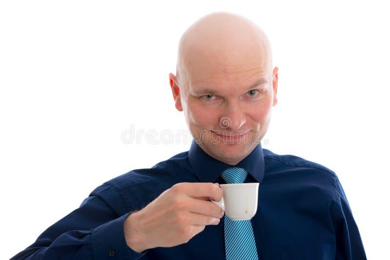 Giovane con il caffè espresso bevente della testa calva immagini stock