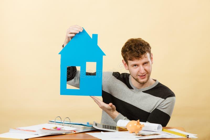 Giovane con il cartamodello della casa immagini stock