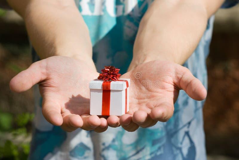 Giovane con il contenitore di regalo fotografia stock libera da diritti
