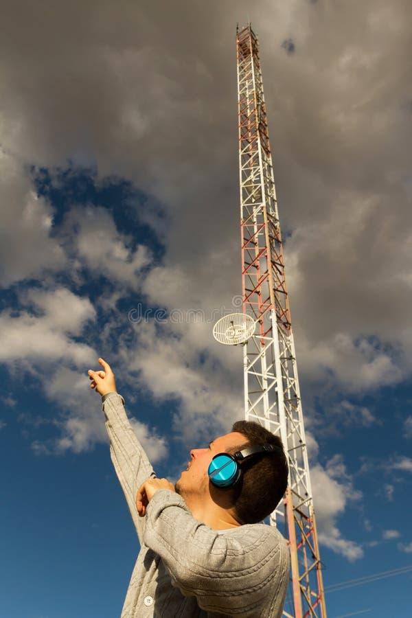 Giovane con l'antenna di telecomunicazioni e dei caschi immagini stock libere da diritti