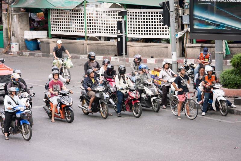 Giovane con la bicicletta sulla via fotografia stock libera da diritti