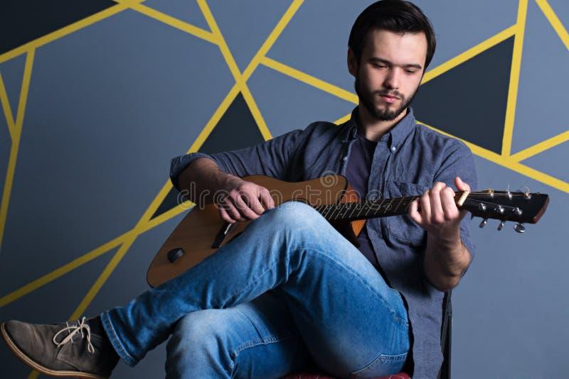 Giovane con la chitarra immagini stock libere da diritti
